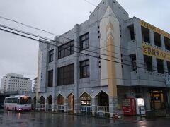 ベッセルホテル石垣島から歩くこと約6分。石垣市内中心部のバスターミナルに到着。
