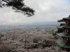 本当なら、真正面に富士山が見えるはずですが。今日は残念ながら、曇りで富士山は見られません。