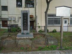 この中央公園が三枚橋城跡、沼津城本丸址です。ただ、城の痕跡は写真の沼津城本丸址の碑と付近の工事の際に見つかった三枚橋城の石垣に使われていた周囲の石だけです。