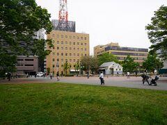 あゆみ橋まで上がると目の前が中央公園です。沼津夏祭りをはじめとして、音楽、飲食、スポーツなど多種多様なイベントの会場として市民から知られています。  また、近年では、中央公園・あゆみ橋周辺は、EXILE・TAKAHIROさん主演「ワイルド・ヒーローズ」(2015)、黒島結菜さん主演「時をかける少女」(2016)、吉高由里子さん主演「東京タラレバ娘」(2017)、綾野剛さん主演「フランケンシュタインの恋」(2017)などのロケ地として使用されており、何度か撮影風景を見かけています。