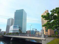 大岡川に掛かる北仲橋の向こうに見える建物が横浜市庁舎。 茶色の建物はワシントンホテルとクロスゲート。 橋の左(東側)に行けば運河沿いを北仲通北第一公園、第二公園、第三公園を通り、万国橋から新港地区へ行くことできます。