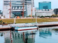 ランドマークタワー前に日本丸の帆柱が見えます。 運河沿いに広がる日本丸メモリアルパーク。