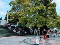 こちらはグランモール公園円形広場。 こちらでも大道芸。 観客少な過ぎ。
