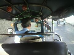 トゥクトゥクの運転手は、どちらかというと無愛想な感じです。  ひたすら前を向いて、マイペースで運転しています。