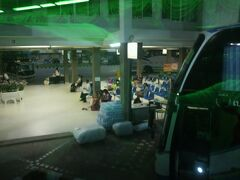 ウドンターニのバスターミナルです。  停車中の長距離バスの間をぬって、ターミナルに入ってきました。  ノンカイは、もうすぐです。