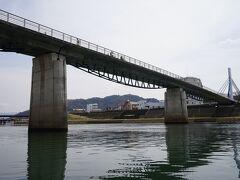 こちらがあゆみ橋。平成19年に完成した歩行者・自転車専用の橋です。河岸からあゆみ橋に上っていきます。