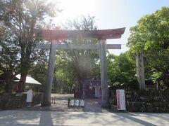 旅の始まりは闘鶏神社からです。二の鳥居から境内に入ります。  古くは田辺の宮(たなべのみや)、新熊野権現(いまくまのごんげん)などと呼ばれて親しまれていました。熊野街道の大辺路・中辺路(熊野古道)の分岐点で、皇族や貴族の熊野詣の際は、闘鶏神社に心願成就を祈願した。