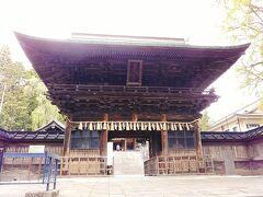 次は仙台東照宮です。仙台東照宮は仙台駅の北の方角にあり、近くには仙山線東照宮駅があります。写真は山門の随身門です。