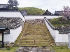 さらに先へ行くと臨済宗の古刹・頼久寺(らいきゅうじ)の正面に出た。土塀と石垣がある立派な外観。 創設の年代は不明であるが、暦応2(1339)年に足利尊氏が再興して備中の安国寺とした。 小堀遠州(1579~1647)作の庭園が有名である。ここは私が事前購入した共通入場券が利用出来る最後のスポットである。