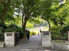 永田台公園前下車後、コンビニの前を過ぎるとすぐ英連邦戦死者墓地です。 コンビニで慰霊用の水などを購入しました。