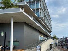 社殿はビルの2階にあり、参道が緩やかに上がっています。
