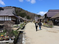 大内宿に到着。白川郷よりも少しこじんまりとした茅葺き屋根の集落。