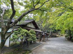 左手にあるのは三島市の文化財である楽寿館。