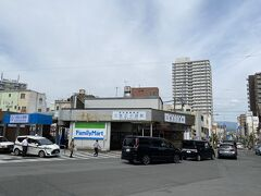 伊豆箱根鉄道の三島広小路駅。 駅前を走っているのは旧東海道。