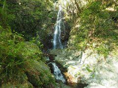15分ほどで払沢の滝。東京都で唯一『日本の滝百選』に選ばれており、落差62メートル・全4段からなる滝です。