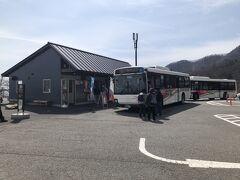 東武日光駅から約40分、第二いろは坂を通って最初の目的地の明智平に到着しました。 明智平は一方通行の第二いろは坂の途中にあるため、日光市街から中禅寺温泉・湯元温泉方面に行くバスだけ停まります。