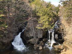 大きな岩を挟んで二つの滝が流れ落ちていて、夏なら涼感満点です。 なお、龍頭之茶屋さんから見る滝は竜頭の滝の末端部分です。 さらに上流まで竜頭の滝は続いています。