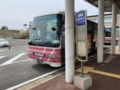 秋田駅行きのリムジンバスはターミナルを出て左手に進んだ所にあります。 乗車券は降車時に回収なのでそのまま乗り込みます。