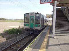 小牛田から19分、目的の新田駅に到着です。 降りたのおれひとり。 この電車ぜんぶで4人しか乗ってなかった。