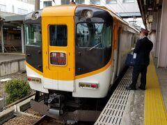 当初は10:30の通船には乗れたとしても近鉄鳥羽駅に着くのは11:00頃だろうと踏んでいたので、11:02発の近鉄特急を予約していました。が、思いのほか早く上陸できたので急遽10:35発の特急に変更しました。  近鉄のインターネット予約・発売サービスというのを使ってチケットレスの特急券を買ったのですがこのサービス、変更はweb経由で3回まで可能だったり、伊勢志摩チケレス割というのが適用されて通常は鳥羽駅~五十鈴川駅の特急料金は520円なのに320円に割引されたり、便利でお得なサービスでした。 各駅停車や急行も走っていたのですが、観光都市ってほぼ特急しか走っていないですよね。箱根とか日光とか。時間をお金で買うという意味で往復とも特急を使いました。所要たった8分だけど。