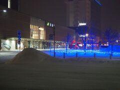 ■□■□■2/25(木)1日目 □■□■□JR函館駅前  今、19時30分 ホテルに風呂の荷物おいて再度外に出てきたところ。  JR函館前は雪がまってます。  これから、夕食。 嫁さんからお小遣い貰ってるのと、函館グルメクーポン2,000円があるんで、まわらない鮨食べに行っちゃうZO(オッ~~!!)