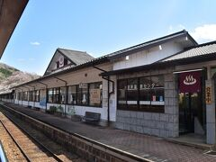 水沼駅です。こちらは温泉施設と一体になった駅です。 うーん、途中下車してひとっぶろもいいのですが、いかんせん列車は終点まで乗りたいところ。