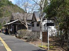 通洞駅に到着です。足尾銅山観光の入り口とあってか多くのお客さんが下車していきます。 私は完乗するためこのまま乗り続けます。