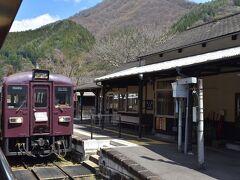 足尾駅到着です。行き違い列車がいました。