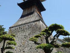 高灯籠は琴電琴平駅の横にある。 予想以上に立派で大きかった。 お城にある建物のようだった。