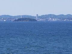 左舷には横須賀の街並みが見えてきました。