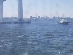 横浜港に戻ってきました。それにしても風が強い。