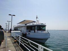今津港に戻ると、ちょうど並び始めてました。今から乗船します。