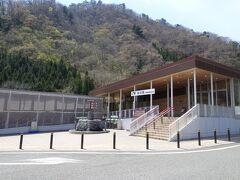 11時40分到着- 13時出発  谷川岳パーキング到着  ここではトイレ、昼食タイム(もちろん家から持参です)  車の中は暖かく、快適です。この日は風が強く ここは風は冷たかった。