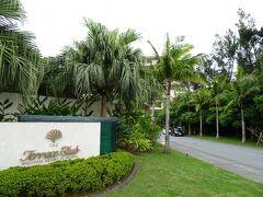 ドライバーさんの沖縄豆知識を聞きながら高速道路を経由して、1時間程で最初の宿泊ホテルのザ・テラスクラブ アット ブセナに到着です。