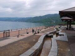 いよいよ桜島に向かいますが、その前に、 道の駅「たるみず」に立ち寄りました。  長~~~い足湯がありました。