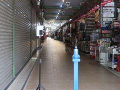 【パタヤナイトバザール ショッピングアーケード】【セカンドロード】沿い 一部の店は営業中だが、多くの店は閉店。