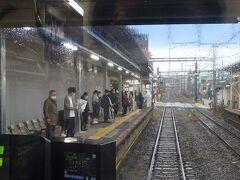鶴見小野駅。 ここから鶴見区の住宅地の中に入るため、急に混雑してくる。 昼間の鶴見線は昔からいつもこんなイメージ。
