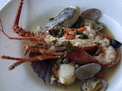 母のコースの魚料理は伊勢海老と魚介のアクアパッツァ風。スープのお味が好みだったらしく、何回も美味しい美味しいと言っていました。