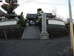 阿久和山観音禅寺の入り口です。 夕暮れが近づいたので、写真がぼけています。  五霊社から東海道新幹線の方角に向かって歩くと、左手にあります。 お寺の前にバス停があるので、直ぐに分かります。