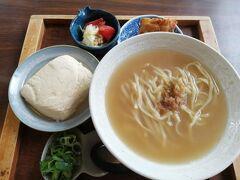 沖縄そばの名店 首里ほりかわ で豆腐そばを食べました。  コシがないので好き嫌いがわかれるそばです。  豆腐はボリュームが多く、最後は苦しかったです。