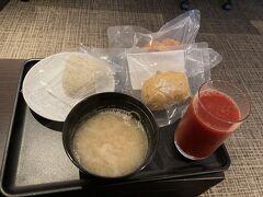 大人の事情でお酒の提供が見合わせとなっている羽田空港DPラウンジ 食事はあるので朝ごはんとしては充分。