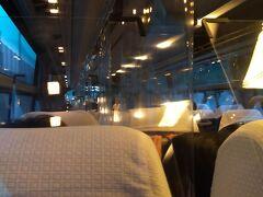 空港連絡バスで市内へ 空港から高知駅まで 約25分、料金740円。 飛行機の到着時間に合わせて2社のバスが運行していて、とても便利です。