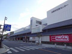 17:12 以前、厳原バスターミナルがあった所に、対馬市交流センターといづはらショッピングセンター ティアラが建ちました。 マックスバリュもあるんですね。 寄っていきましょう。