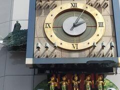 上には高知城、右からはりまや橋とお坊さんの「純信」と町娘「お馬」、左には桂浜と坂本龍馬、下からはよさこいを踊る人形が出てきます。 楽しい踊りだしたくなるからくり時計です。