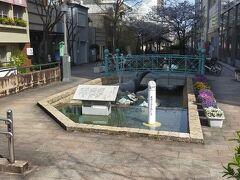 はりまや橋公園 からくり時計の隣に「南国土佐を後にして」歌碑があります。歌が流れ、鯨が水を噴き上げています。