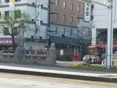 はりまや橋 朱色の小さい可愛い橋。 隣には銘菓「かんざし」を売る老舗の和菓子屋さんがあります。