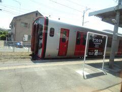 12:00 竜田口に運転停車。 普通1462M.熊本行とすれ違いの為、待ちます。  普通列車を待つ特急列車‥ これ、ホントに特急か?