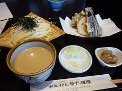 途中にあった水沢うどんのお店。 ゴマダレで天ぷらセット。 満足です。