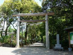 県道7号線、ひむか神話街道をひたすら東方向へ。 天岩戸神社西本宮に到着。一の鳥居です。  8Kmくらいかな。50分弱で到着しました。