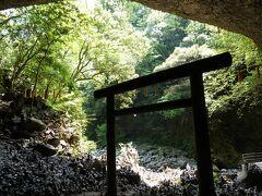 洞窟の奥から河原を眺めました。